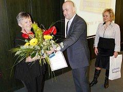 NEJLEPŠÍ ČESKÁ ŘIDIČKA. Adéla Kasalická, šoférka chrudimské MHD, převzala v Hradci Králové jako vůbec první česká profesionální řidička autobusů a nákladních aut prestižní vyznamenání Iru Diploma Of Honour 2009. Odmítá názor, že ženy jsou horšími řidiči.