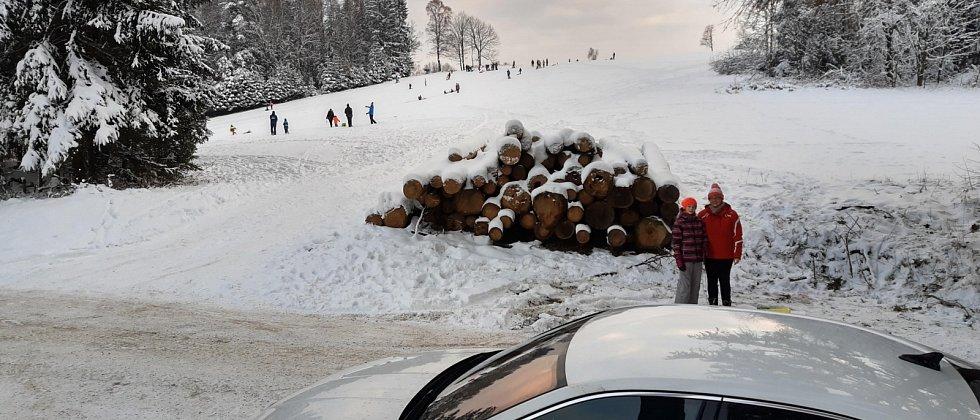 Kopeček u silnice u Zubří u Trhové Kamenice plný sáňkařů