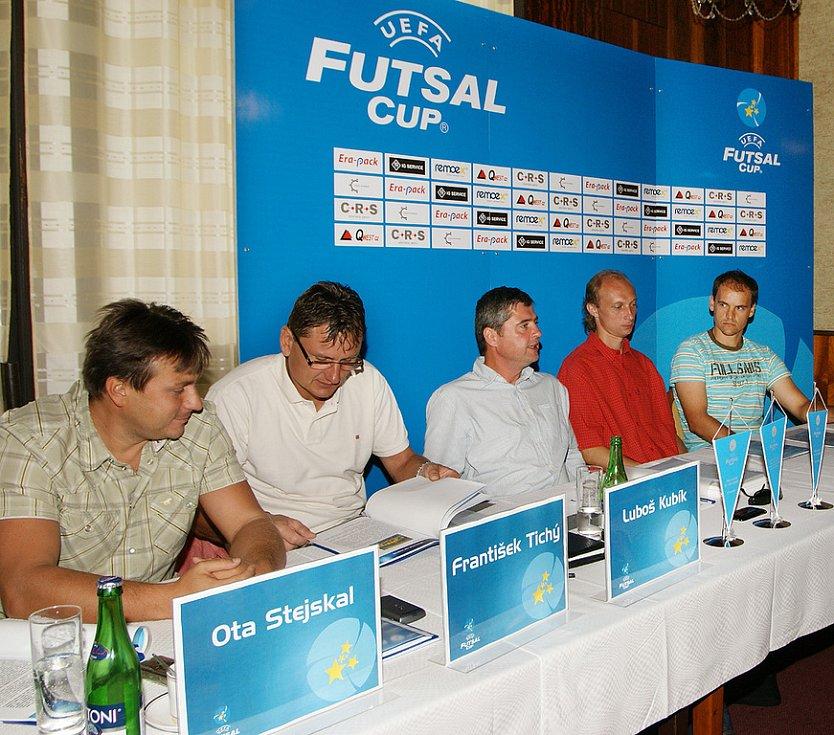 Na tiskové konferenci zleva František Tichý, Luboš Kubík,  Karel Hromádka, Petr Vladyka a Tomáš Meller
