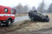.Automobil skončil v obci Dřeveš na Chrudimsku kvůli náledí na střeše.