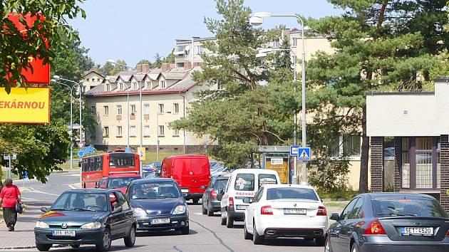 Rušno bylo kvůli uzavírkám železničních přejezdů  i kolem chrudimské nemocnice (na snímku pohled ve směru do centra města).