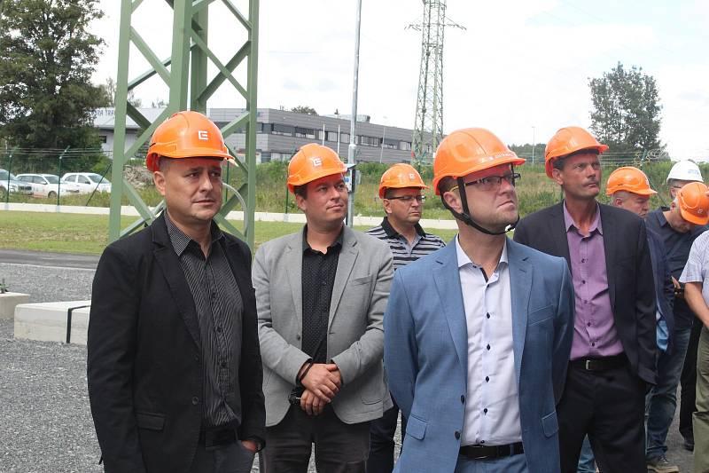 CELKEM bylo nově vztyčeno skoro 200 stožárů, které mohou mít podle terénu výšku až 40 metrů, celková délka vedení napětí 110 KV je 28 kilometrů. Náklady stavby se pohybují kolem 400 milionů korun.