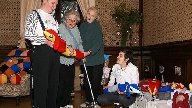 V NABÍDCE HEŘMANOMĚSTECKÝCH seniorů byly i nejrůznější hračky, například i ušití jezevčíci. Nabídka nestačila poptávce.