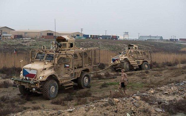 Čeští vojáci patrolují kolem letecké základny Bagrám.