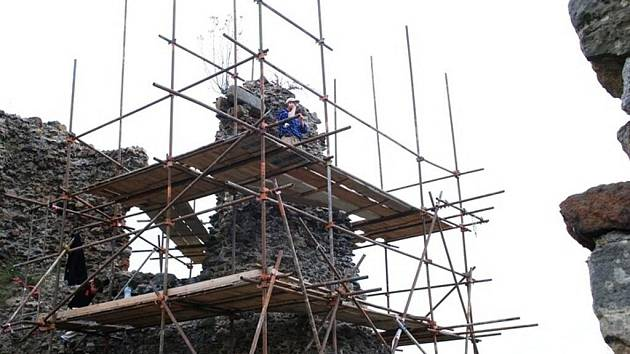 Stavebníci přizdívají část nároží hradu Lichnice, použitá Malta má recepturu jako v barokní době.