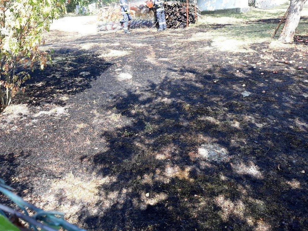 Požár lesního porostu u samoty v obci Prachovice.