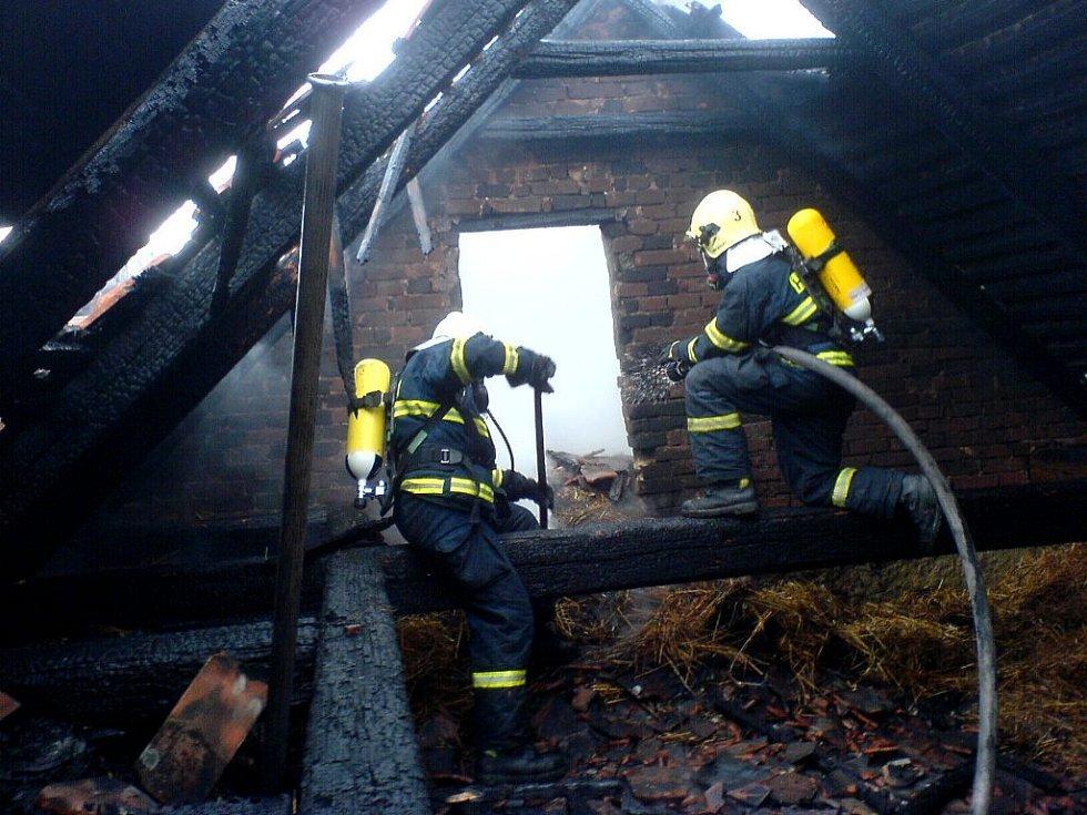 Požár na zemědělské usedlosti v Načešicích. Plameny způsobily na budově chléva škodu za 450 tisíc.