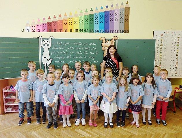 Prvňáci z1. B. Základní školy Smetanova vHlinsku, které vede třídní učitelka Hana Půlpánová..