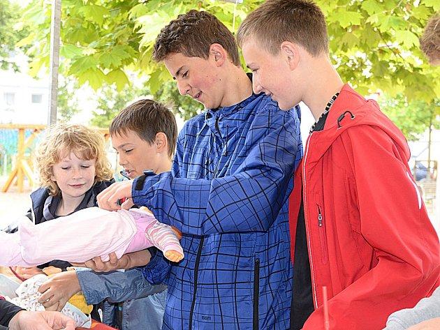 Den dobrovolníků v chrudimských Klášterních zahradách.