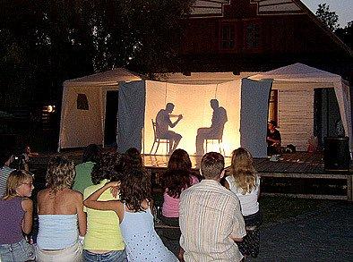 Stínové divadlo bylo součástí představení.