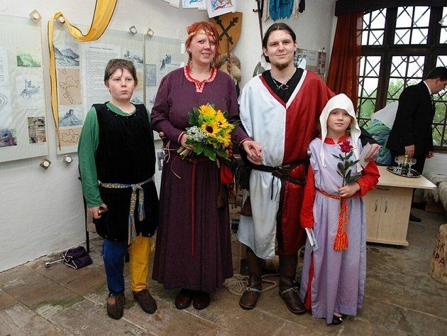 Pavel Sixta z Pardubic a Renata Šulcová z Chrudimi si na Lichnici užili netradiční svatbu v měšťanských kostýmech.