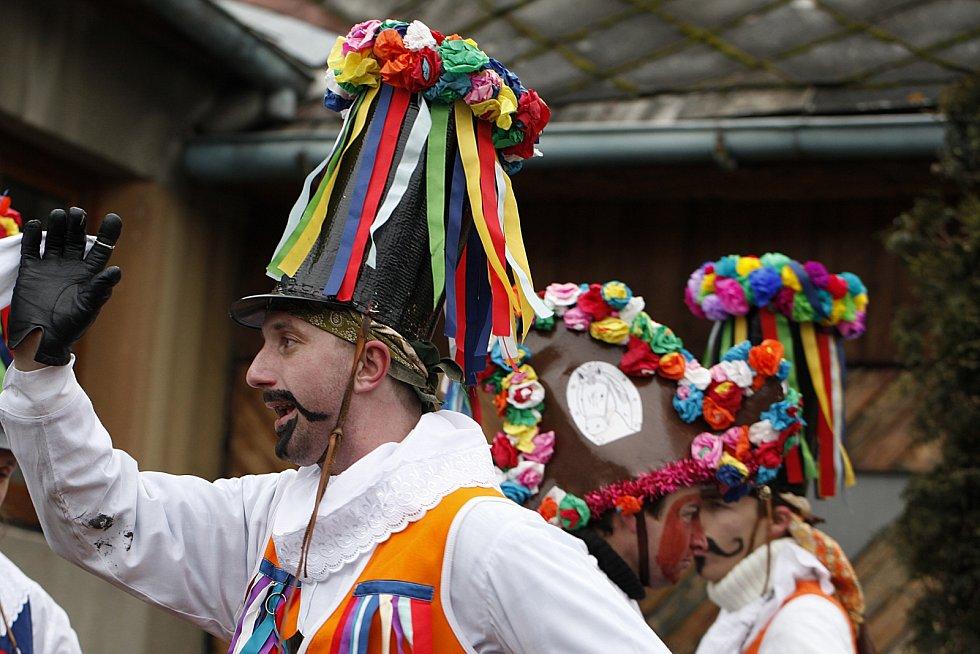 Masopustní veselí na Chrudimsku zahájili tradičním průvodem maškar ve Včelákově.