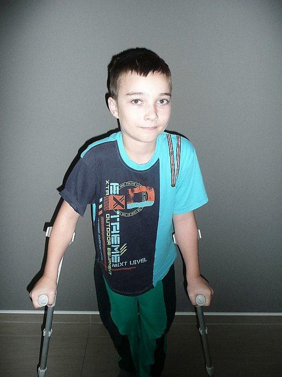 Nicolase silně rozbolely nohy, potom začal špatně chodit a nakonec padl na kolena.