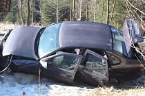 Opilý řidič narazil v lese do mostku.