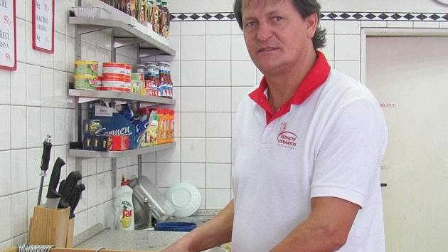 OLDŘICH ČEJKA má prodejny v Chrudimi, Pardubicích, ale i ve svém rodném Prosetíně .