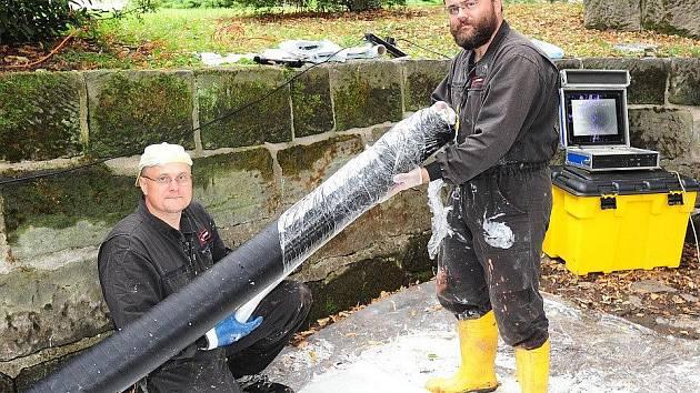 Pracovníci firmy Preveto opravují betonovou vpusť, která přivádí vodu z Chrudimky do rybníčku za Divadlem Karla Pippicha.