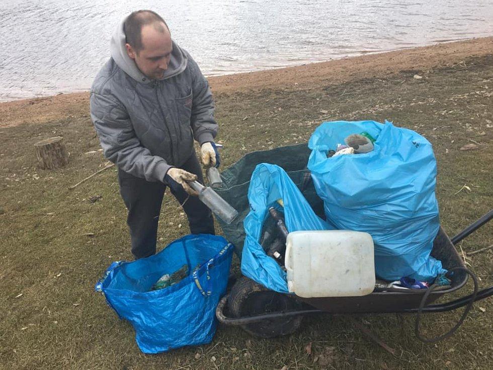 Rybáři pořádají dobrovolný úklid odpadků na březích Sečské přehrady.