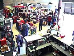 Záznam z bezpečnostní kamery zachytil tváře zlodějů