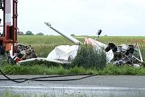Havárie sportovního výsadkové letounu na letišti v Chrudimi si vyžádala lidský život.