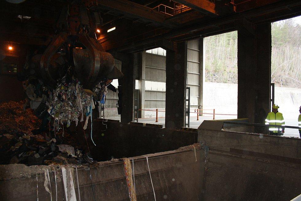 Firma EcoWasteEnergy v areálu cementárny drtí plastový opad, ten je palivem v sousedních cementárenských pecích.