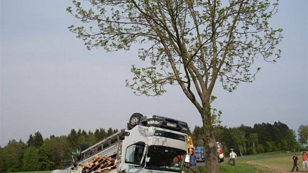 ZRÁDNÝ SEŠUP. Řidič náklaďáku pravděpodobně nezvládl ostrou zatáčku pod Sečí.