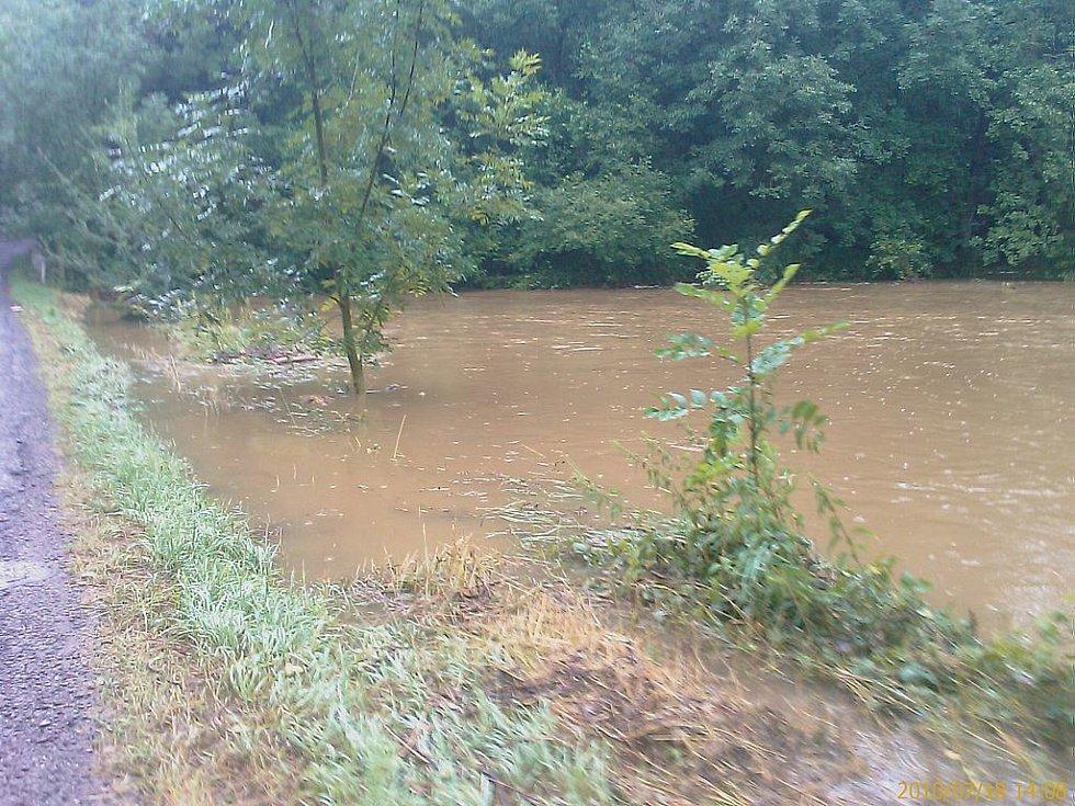 Řádění vody v miřetické místní části Bošov.