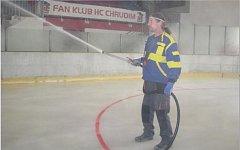 Strojník zimního stadiónu  v Chrudimi Petr Kulhánek ve vodním mlžném oparu