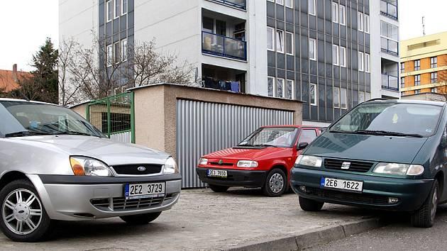 Zaparkovat v Husově ulici v Chrudimi je vždycky problém.