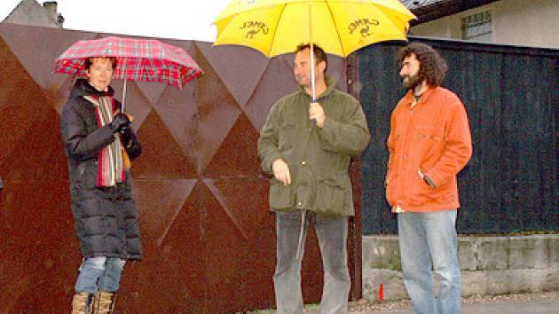 Po novém chodníku poprvé pod deštníkem.