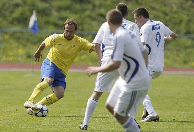 Radim Holub ještě ve žlutém dresu AFK Chrudim je díky svému čichu na góly postrachem soupeřů.