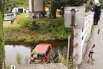 Automobil skončil po nehodě v řece Chrudimce, uvnitř byla řidička s malým dítětem.