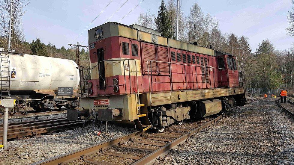 Lokomotiva vykolejila, na vině je zřejmě výhybka