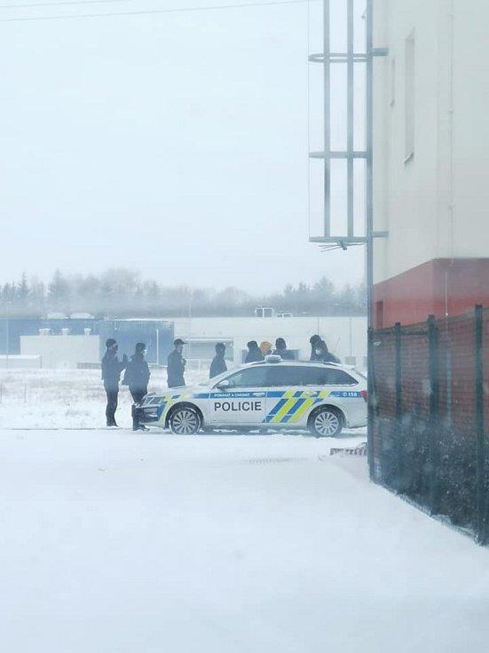 Policie v Chrudimi zadržela skupinu cizinců, kteří před ní utíkali po poli.