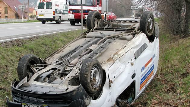 Nehoda u Slatiňan: Řidička sjela do příkopu a skončila na střeše.