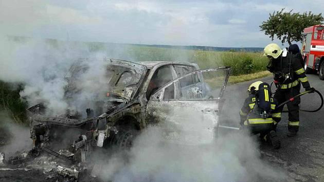 Požár auto novomanželů zcela zničil