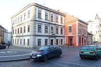 Nárožní dům č. p. 29 obhospodařovala za socialismu organizace  OPOS. Pamětníci vědí, že se jednalo o zkratku Okresního podniku obchodu a služeb.
