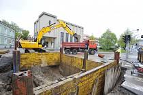 Rekonstrukce kanalizace začala budováním šachty v Rooseveltově ulici