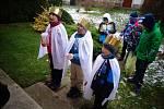 Tříkráloví koledníci ze Základní školy ve Stolanech obcházejí vesnici.