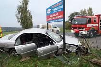 V sobotu 11. října v 15.59 hodin havaroval na silnici I/37 u obce Výsonín řidič osobního vozu Opel. Automobil zůstal zaklíněný ve stojanu billboardu.