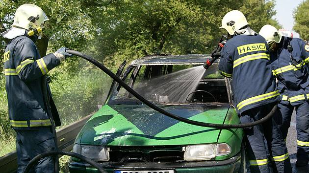 Hasiči zasahovali při požáru automobilu na silnici u Čankovic.