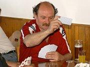 Jiří Koblasa se raduje z vítězství v sobotním mariášovém turnaji v hostinci U Guláška.