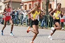 Trojice nejlepších běžců 35. ročníku CKP Ceny Nasavrk zleva druhý Keňan Chemweno, vítězný Chopa a třetí Sarwar, oba z Tanzánie.