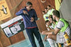 Trenér Felipe Conde udávající pokyny svým hráčům.