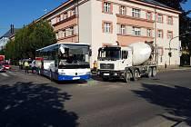 Autobus se srazil s cisternou
