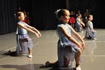 Tanec myšek i Dešťové víly zvládla děvčata na prknech pódia skvěle.