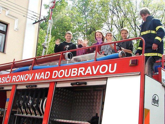 Ronovští hasiči uspořádali pro děti ze ZŠ Ronov nad Doubravou zajímavou preventivní akci,