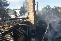 K požáru roubenky do Holetína vyjíždělo v neděli 27. září v 5.07 hodin devět hasičských jednotek. Škoda byla předběžně vyčíslena na 500 tisíc korun.