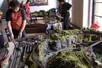 V chrudimské divadelní kavárně se na výstavě prezentovali železniční modeláři.