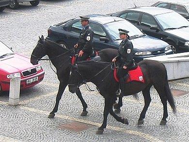Jízdní policie na hlineckém Poděbradově náměstí.