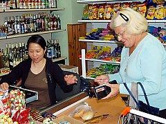 Vietnamští obchodníci zavedli na vesnicích prodlouženou otevírací dobu.